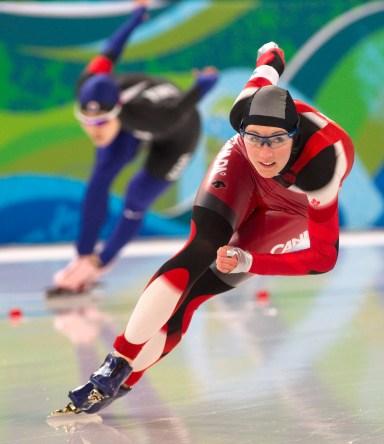 Une patineuse lors d'une course en longue piste