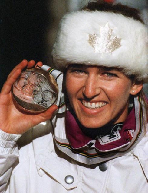 Myriam Bédard du Canada célèbre après avoir remporté une médaille de bronze dans l'épreuve de biathlon aux Jeux olympiques d'hiver d'Albertville de 1992. (PC-Photo/AOC)