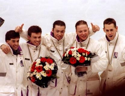 De la gauche, l'entraineur Guy Daignault, Michel Daignault, Frederic Blackburn, Sylvain Gagnon et Mark Lackie du Canada célèbrent après avoir remporté une médaille d'argent au relais en patinage vitesse courte pisteaux Jeux olympiques d'hiver d'Albertville de 1992. (PC-Photo/AOC)