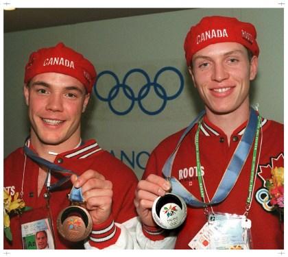 Le médaillé d'argent Jeremy Wotherspoon, à droite, et le médaillé de bronze Kevin Overland montrent leurs médailles en patinage de vitesse au Jeux le Nagano 1998. (stf / Paul Chiasson)
