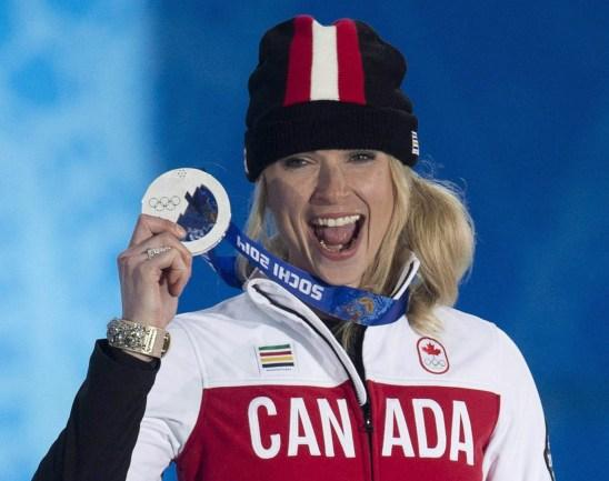 Dominique Maltais tient sa médaille d'argent remportée en snowboard cross lors de la cérémonie de remise des médailles aux Jeux olympiques d'hiver de Sochi, dimanche le 16 février 2014 à Sotchi, en Russie. LA PRESSE CANADIENNE / Adrian Wyld