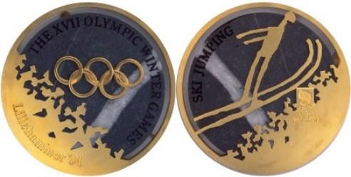 La médaille de l'épreuve du saut à ski aux Jeux olympiques de Lillehammer 1994. (Photo : BBC News)