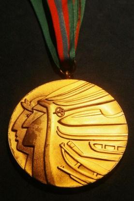 La médaille d'or accordée à Bonnie Blair Cruikshank pour avoir remporté l'épreuve du 500 m en patinage de vitesse féminin aux Jeux olympiques de Calgary 1988. (AP Photo / Tina Fineberg)
