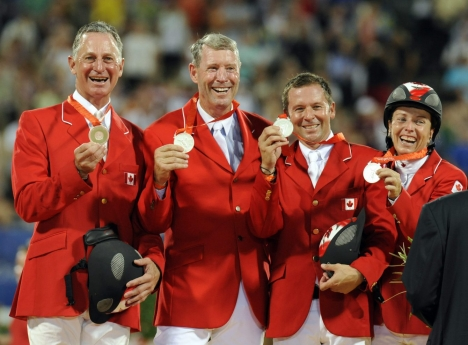 L'équipe canadienne de saut d'obstacles, de gauche à droite, Mac Cone, Ian Millar, Eric Lamaze et Jill Henselwood, avec leur médaille d'argent dans la compétition de saut d'obstacles de l'équipe équestre lors des Jeux olympiques de 2008 à Hong Kong, le lundi 18 août 2008. Photo AP / Susan Walsh)