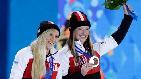 Les médaillées d'or en bobsleigh féminin Kaillie Humphries, à gauche, et Heather Moyse lors de leur cérémonie de remise des médailles aux Jeux olympiques d'hiver de 2014, le jeudi 20 février 2014 à Sotchi, en Russie. (AP Photo / Morry Gash)