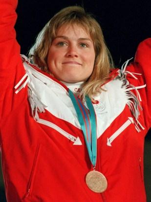 Karen Percy du Canada célèbre sa médaille de bronze en ski alpin aux Jeux olympiques d'hiver de Calgary de 1988. (Photo PC/ AOC)