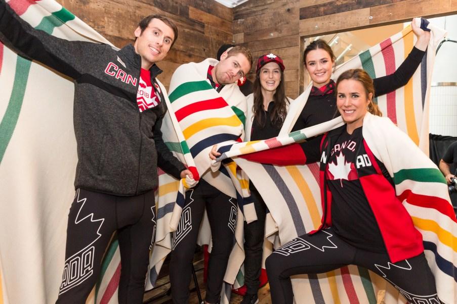 Brendan Green, Dustin Cook, Kelsey Serwa, Marielle Thompson et Marie-Michèle Gagnon lors du dévoilement de la collection d'Équipe Canada pour PyeongChang 2018, à Toronto, le 3 octobre 2017. (Photo : COC)
