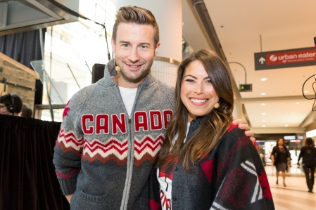 Les animateurs Patrick Langlois et Roseline Filion lors du dévoilement de la collection d'Équipe Canada pour PyeongChang 2018, à Toronto, le 3 octobre 2017. (Photo : COC)