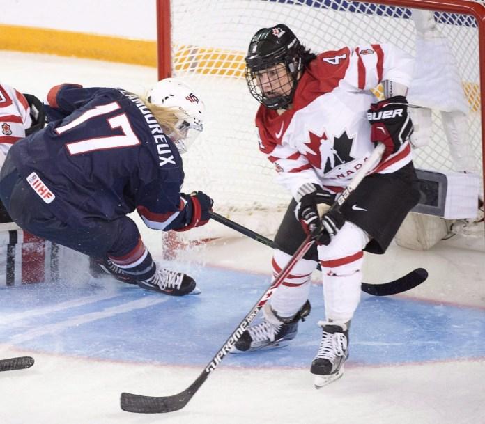 Brigette Lacquette tente d'éviter une joueuse américaine pour compter un but.