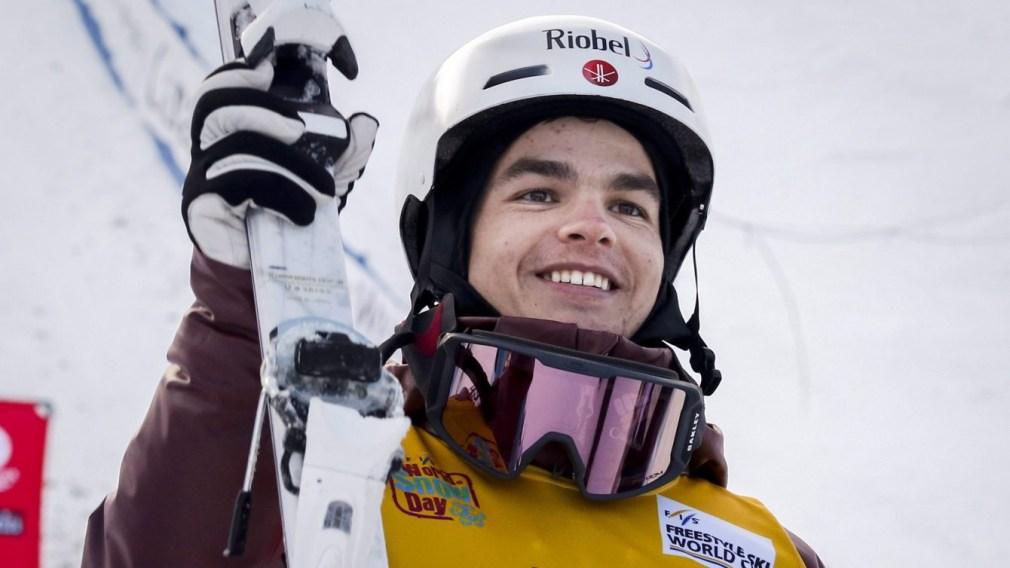 Un skieur acrobatique pose sur le podium d'une compétition