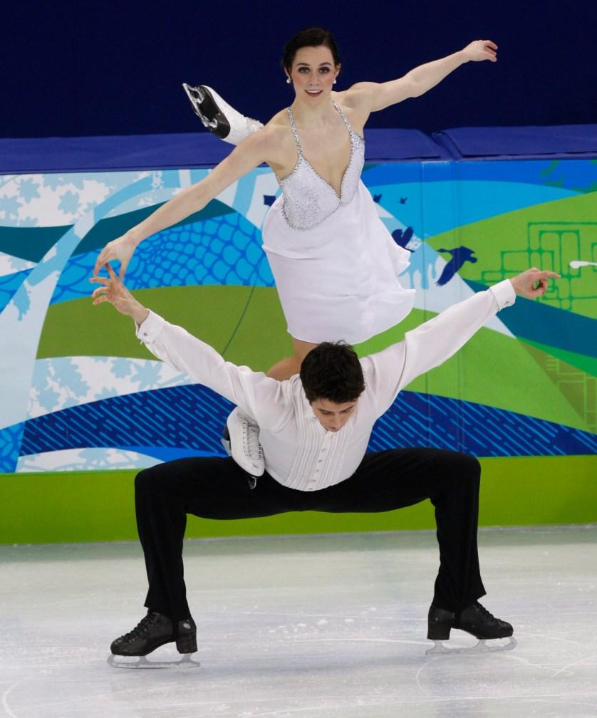 Tessa Virtue et Scott Moir effectue le « cygne ».