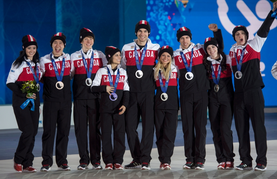 Équipe Canada - Kaetlyn Osmond, Patrick Chan, Kevin Reynolds, Meagan Duhamel, Eric Radford, Kirsten Moore-Towers, Dylan Moscovitch et Tessa Virtue aux Jeux olympiques de Sotchi.