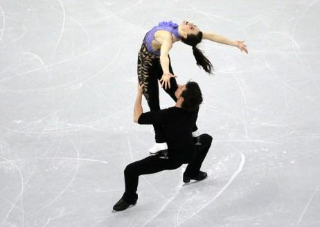 Tessa Virtue et Scott Moir du Canada exécutent leur programme court de danse sur glace aux Championnats des quatre continents de patinage artistique de l'ISU à Gangneung, en Corée du Sud, jeudi le 16 février 2017. (AP Photo/Ahn Young-joon)