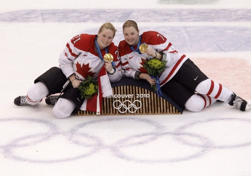 Haley Irwin du Canada et Cherie Piper posent avec leurs médailles d'or après avoir vaincu les États-Unis en finale des Jeux olympiques de Vancouver 2010 à Vancouver, le jeudi 25 février 2010. LA PRESSE CANADIENNE / Adrian Wyld