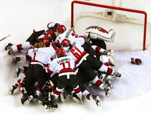 Les Canadiennes célèbrent leur victoire de 3 à 2 contre les États-Unis lors du match pour la médaille d'or aux Jeux olympiques d'hiver de Salt Lake City en 2002, le samedi 16 février 2002. (AP Photo / Kevork Djansezian)