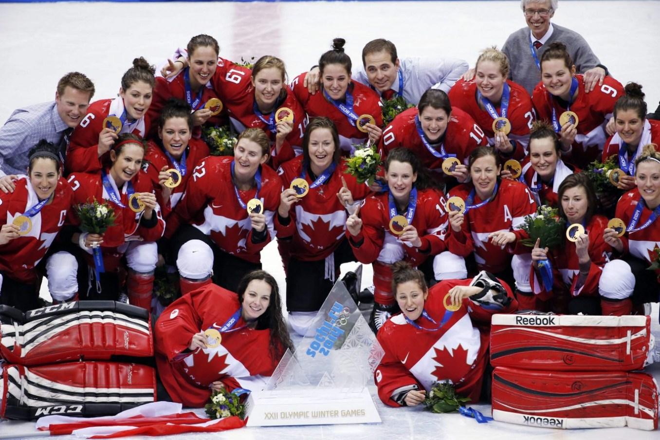 Les joueuses d'Équipe Canada posent pour une photo avec leurs médailles d'or aux Jeux olympiques d'hiver de 2014 à Sotchi, en Russie. (Photo AP / Petr David Josek, fichier)