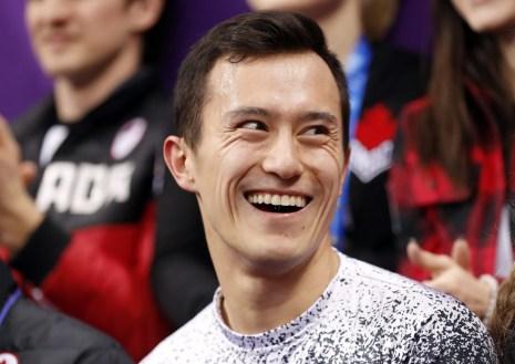 Patrick Chan est fier de sa performance en attendant son pointage avec le reste d'Équipe Canada. (CP Photo)