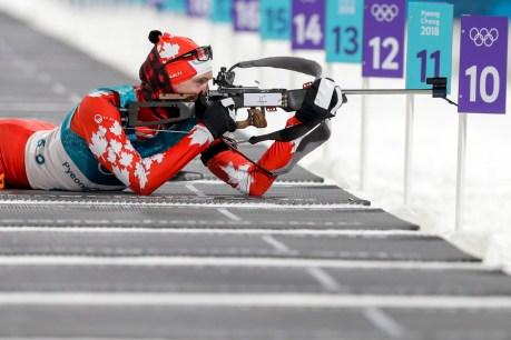 Nathan Smith tire lors du sprint de 10 km en biathlon aux Jeux olympiques d'hiver de PyeongChang. (AP Photo/Andrew Medichini)
