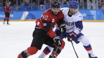 Deux joueurs de hockey aux Jeux olympiques