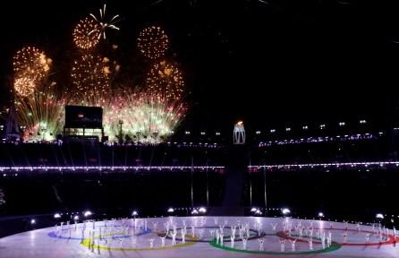 Plusieurs feux d'artifice ont été projetés à la cérémonie de clôture des Jeux de PyeongChang. (AP Photo/Chris Carlson)