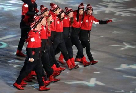 Les athlètes canadiens entrent dans le stade lors de la cérémonie de clôture. (AP Photo/Chris Carlson)
