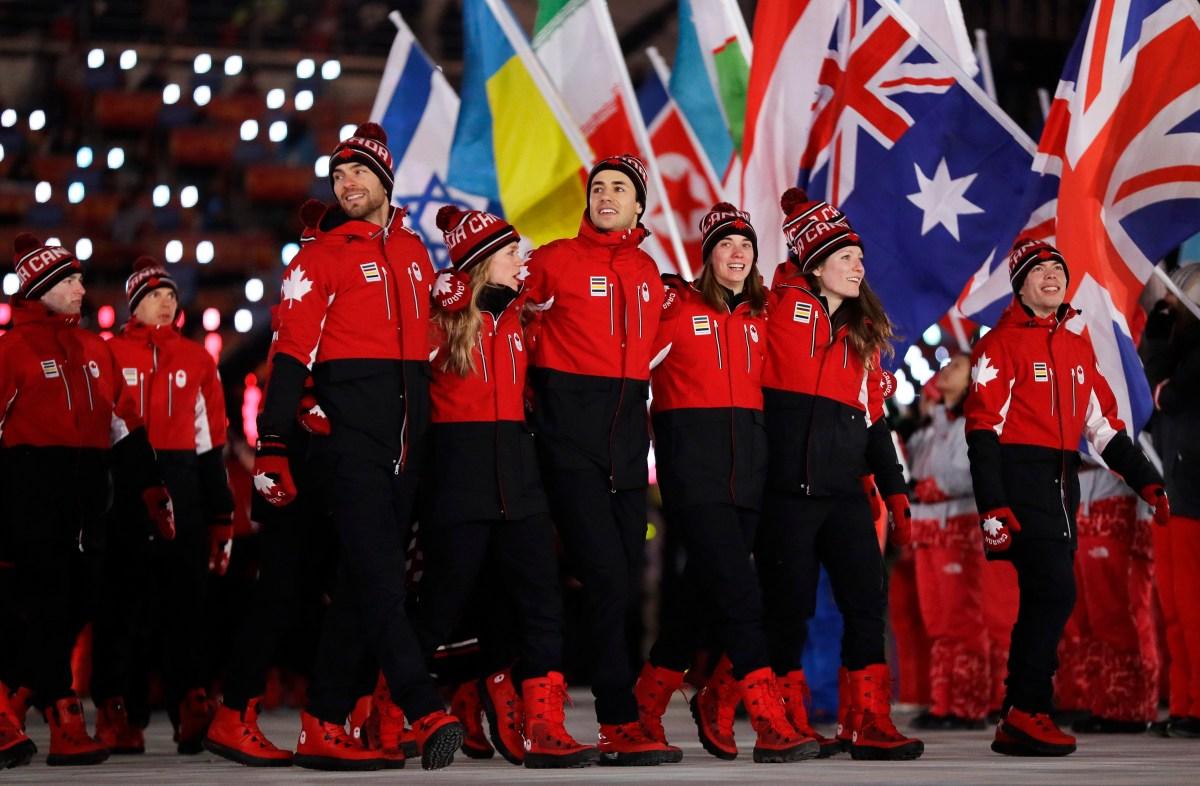 Les Canadiens marchent à l'intérieur du stade lors de la cérémonie de clôture. (AP Photo/Kirsty Wigglesworth)