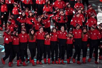 Les athlètes canadiens font leur entrée dans le stade pour la cérémonie de clôture. LA PRESSE CANADIENNE/Nathan Denette