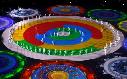 Les danseurs lors de leur performance à la cérémonie de clôture des Jeux. (AP Photo/Charlie Riedel)
