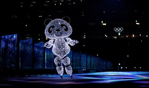 La mascotte des Jeux de PyeongChang a aussi participé au spectacle de clôture. (AP Photo/Kirsty Wigglesworth)