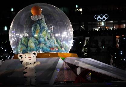 La mascotte olympique défile durant le spectacle de clôture. (AP Photo/Kirsty Wigglesworth)