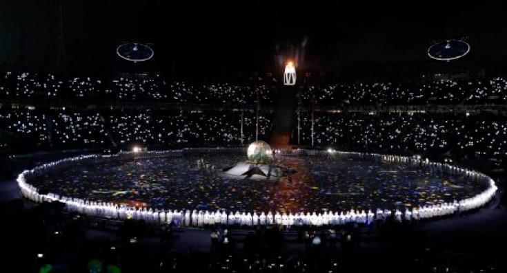 Plusieurs artistes ont offert un spectacle grandiose au stade, lors de la cérémonie. (AP Photo/Chris Carlson)
