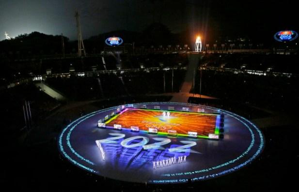 Plusieurs artistes ont offert un grand spectacle au stade, lors de la cérémonie. (AP Photo/Charlie Riedel)
