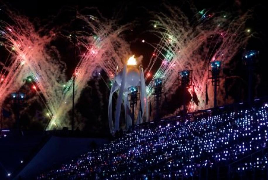 Plusieurs feux d'artifice ont été projetés à la cérémonie de clôture des Jeux de PyeongChang. (AP Photo/Michael Probst)