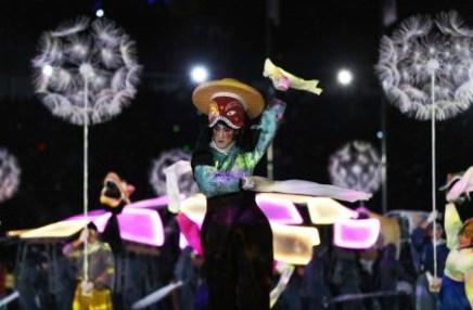 Plusieurs artistes ont offert un grand spectacle au stade, lors de la cérémonie. (AP Photo/Natacha Pisarenko)