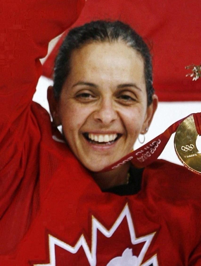 Danielle Goyette célèbre aprèes la victoire 4 à 1 du Canada sur la Suède lors du match de la médaille d'or en hockey féminin aux Jeux olympiques d'hiver de 2006 à Turin le lundi 20 février 2006 à Turin, en Italie. LA PRESSE CANADIENNE / Paul Chiasson