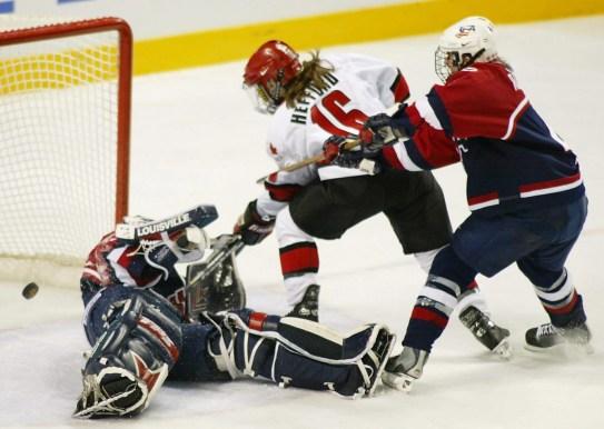 Jayna Hefford marque contre la gardienne des États-Unis Sara Decosta aux Jeux olympiques d'hiver à Salt Lake City, Utah, jeudi. 21, 2002. (CP PHOTO / Tom Hanson)