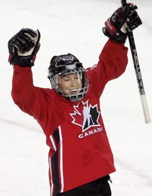 Jayna Hefford du Canada célèbre son but contre l'équipe suédoise lors de la deuxième période du match pour la médaille d'or de hockey féminin aux Jeux olympiques d'hiver de 2006 à Turin le lundi 20 février 2006 à Turin. (CP PHOTO / Paul Chiasson)