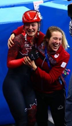 Kim Boutin célèbre avec sa coéquipière Marianne St-Gelais après la course du 500 m. (Photo par Vaughn Ridley)