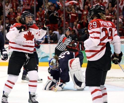 Meghan Agosta, à gauche, célèbre avec Marie-Philip Poulin après le deuxième but contre la gardienne américaine Jessie Vetter lors de la finale du tournoi de hockey sur glace olympique de Vancouver, le jeudi 25 février 2010. LA PRESSE CANADIENNE / Jonathan Hayward