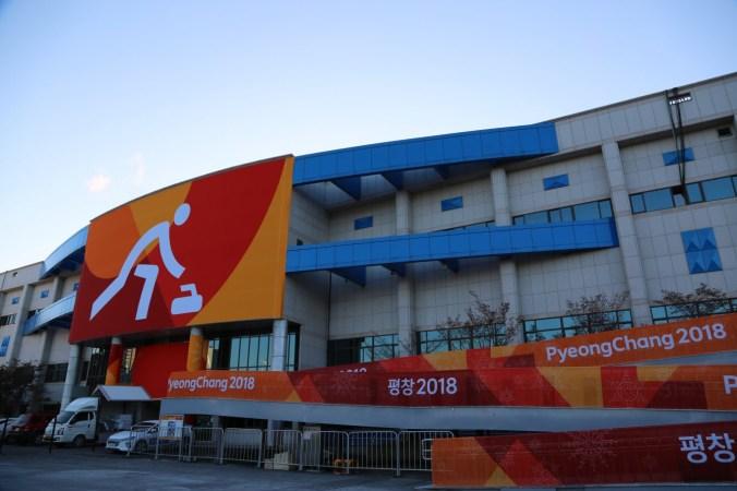 Il est situé dans la zone côtière, auprès des autres centre de glaces olympiques.