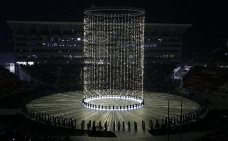 Tout au long de la cérémonie, la Corée du Sud a présenté bon nombre d'effets lumineux. (AP Photo/Natacha Pisarenko)
