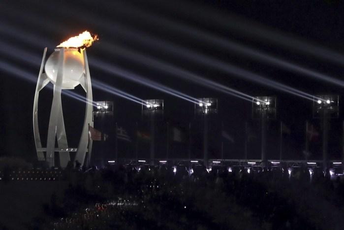 Emblème de l'événement, la flamme olympique brûlera tout au long des Jeux. (Sean Haffey/Pool Photo via AP)