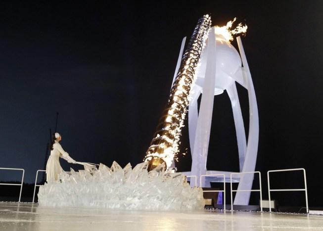 Une spirale de feu s'est érigée pour allumer la flamme olympique. (AP Photo/David J. Phillip,Pool)