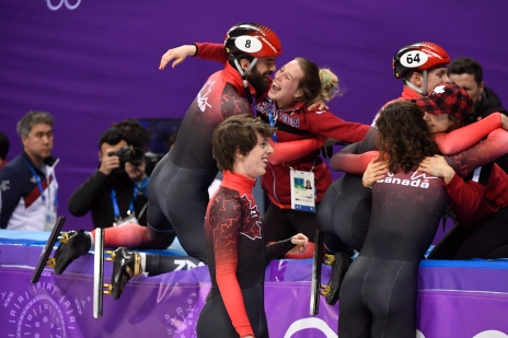 De gauche à droite: Samuel Girard, Charle Cournoyer, Charles Hamelin et Pascal Dion célèbrent leur médaille de bronze au relais 5000 m à PyeongChang, le 22 février 2018. THE CANADIAN PRESS/Paul Chiasson