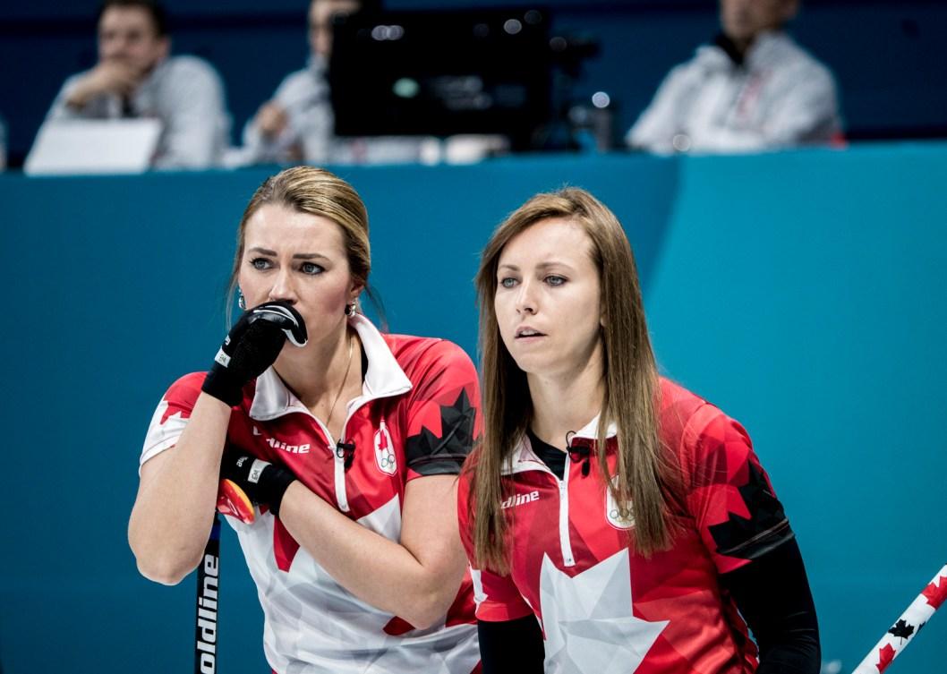 Rachel Homan et Emma Miskew en discussion