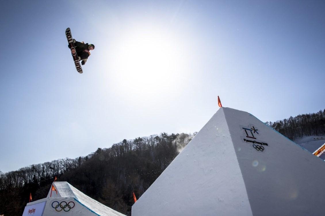 McMorris en suspension dans les airs pendant un saut