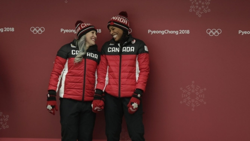 Phylicia George et Kaillie Humphries célèbrent leur médaille de bronze en bobsleigh à deux à PyeongChang 2018, le 21 février 2018. (Photo : Jason Ransom/COC)