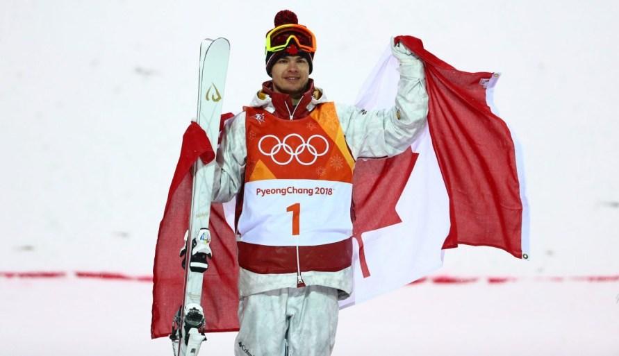 Mikaël Kingsbury sur le podium après avoir remporté l'or en bosses à PyeongChang 2018, le 12 février 2018. (Photo : Vaughn Ridley/COC)
