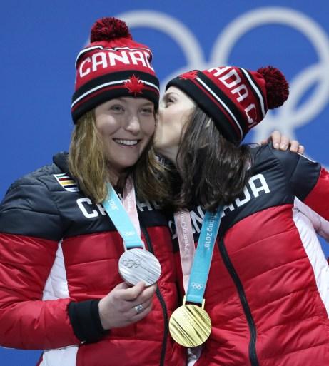 Kelsey Serwa, à droite, et Brittany Phelan célèbrent leurs médailles d'or et d'argent lors de la cérémonie des médailles aux Jeux olympiques d'hiver de PyeongChang 2018 en Corée du Sud, le vendredi 23 février 2018. LA PRESSE CANADIENNE/HO - COC/David Jackson