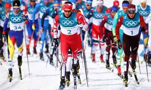 Alex Harvey (dossard2) en tête devant le peloton au départ de l'épreuve du départ groupé 50km à PyeongChang2018 (Photo: CP).